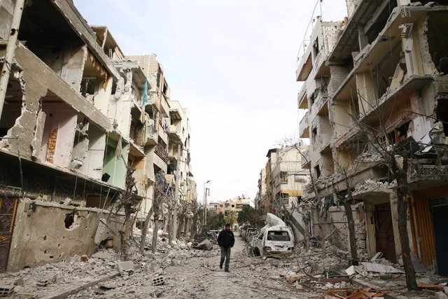 Calle bombardeada en Duma, en Ghuta Oriental