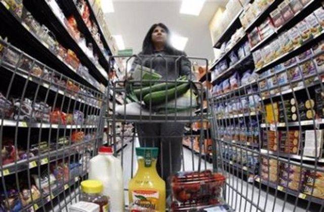 Una compradora camina por un pasillo de una nueva tienda de Walmart en Chicago