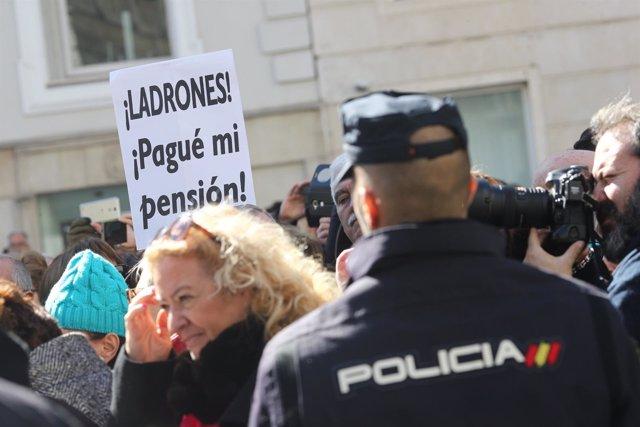 Pensionistas se manifiestan a la puertas del Congreso