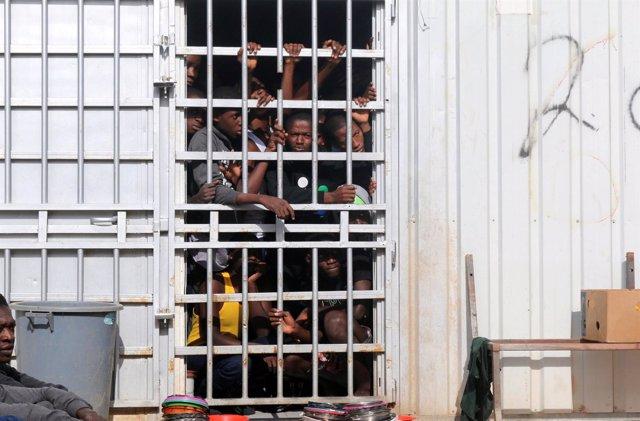 Migrantes detenidos a las afueras de Trípoli