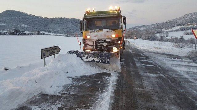 Quitanieves en una carretera de Girona