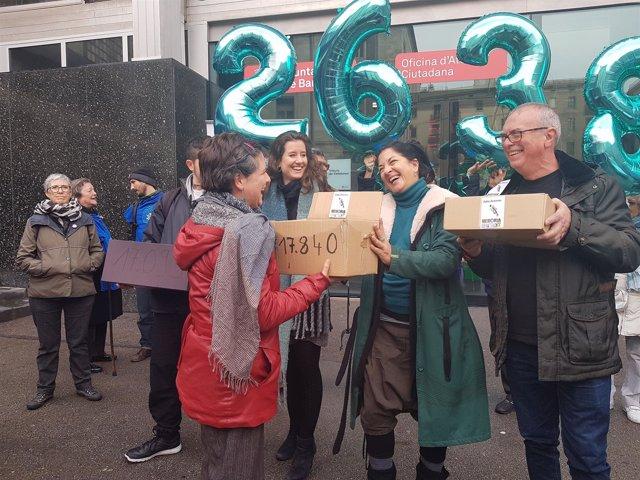 Gala Pin recibe las firmas de las iniciativas ciudadanas de la 'multiconsulta'