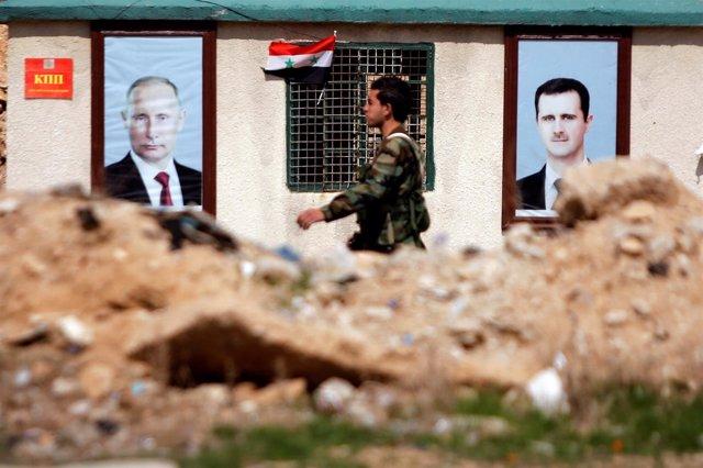 Un soldado sirio apostado fuera de Ghuta Oriental