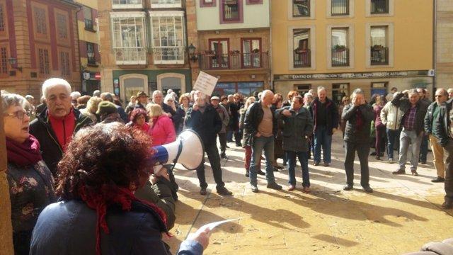 Pensionistas frente al Ayuntamiento de Oviedo