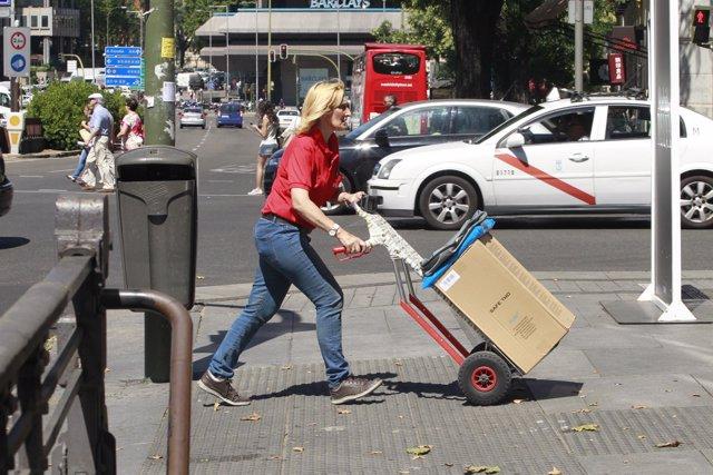 Mujer trabajando, conciliación, calle, trabajo