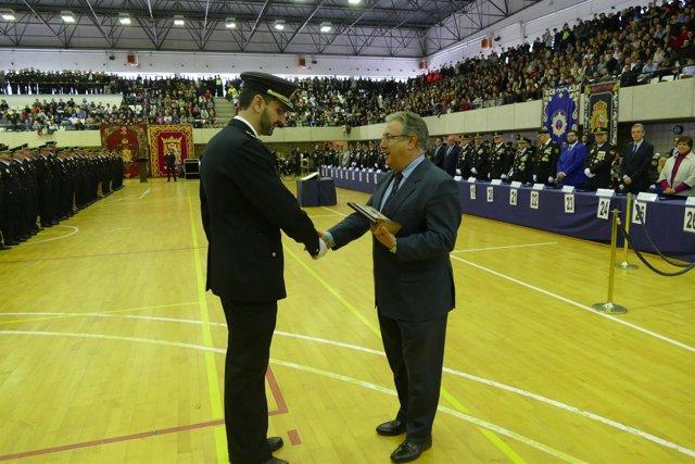 Zoido (D) entrega uno de los diplomas