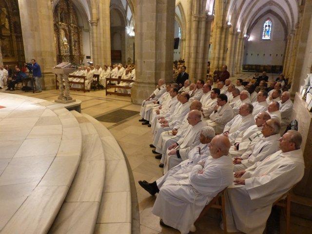 Sacerdotes en la catedral de Santander