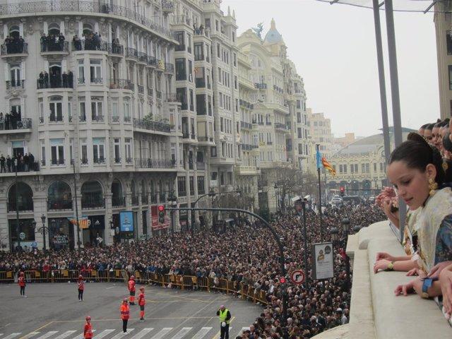 Público congregado para la 'mascletà' junto al Ayuntamiento