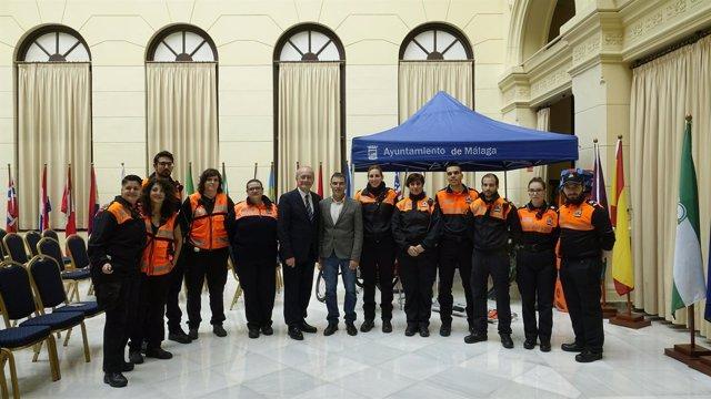 Voluntarios de protección civil de málaga con el alcalde francisco de la torre