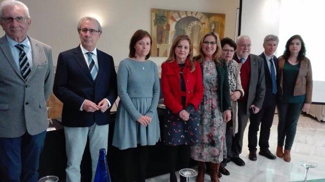La consejera (centro), con el resto de autoridades y responsables sanitarios