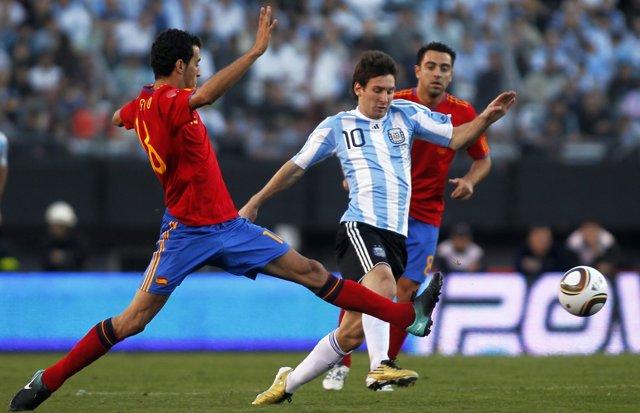 Messi ante Busquets en un Argentina - España