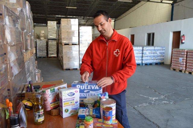 Voluntarios de Cruz Roja preparan los alimentos a repartir