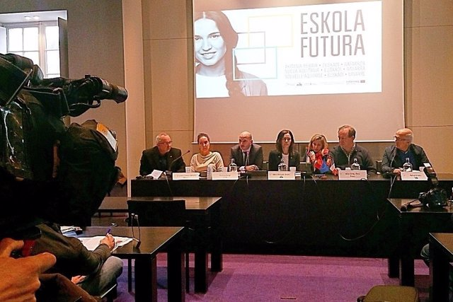 Representantes institucionales en la presentación del proyecto Eskola Futura.