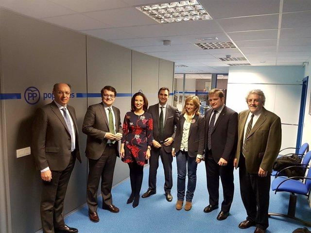 Valladolid.- Mañueco se reune con representantes de farmacéuticos y veterinarios