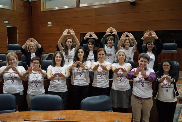 Diputadas del Grupo Parlamentario Podemos en apoyo a la huelga del 8M