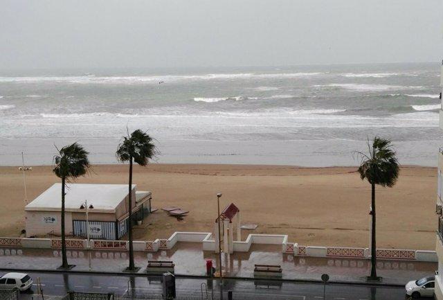 Playa de la capital azotada por el temporal
