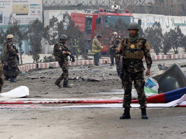 Fuerzas de seguridad afganas en el lugar donde hubo un atentado suicida en Kabul