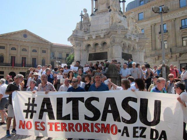 Concentración de familiares de los detenidos de Alsasua con cargos electos