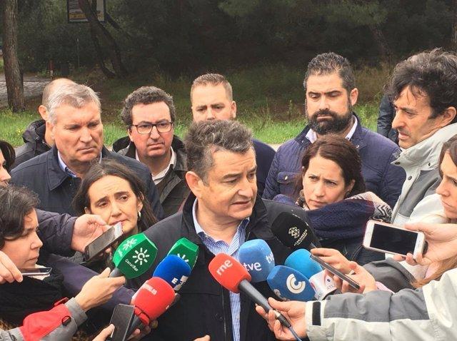 Antonio Sanz, delegado del Gobierno en Andalucía, atendiendo a los periodistas