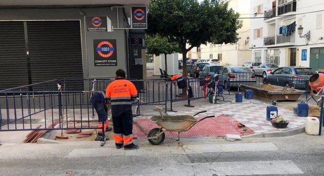 Operario trabajando rebaje de acerado en Estepona mejora de la accesibilidad obr