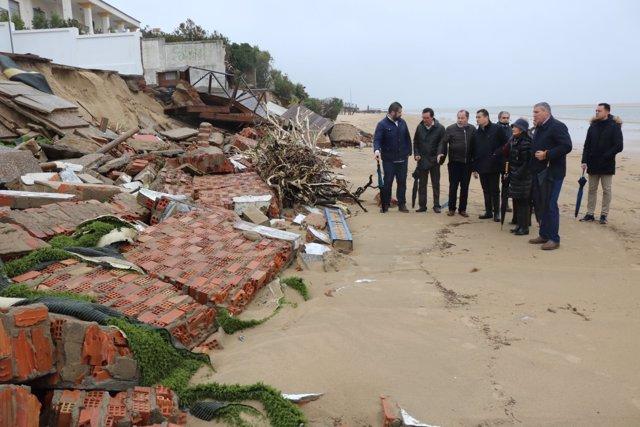 El delegado del Gobierno, Antonio Sanz, visita los daños del temporal en Portil.