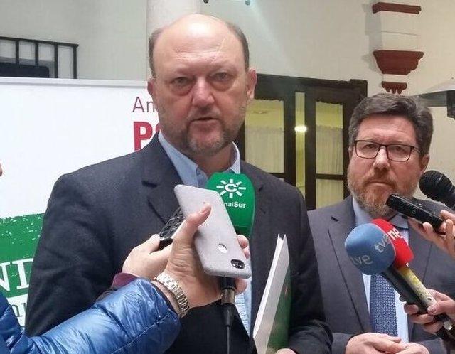 El diputado del PSOE Antonio Pradas atiende a los medios