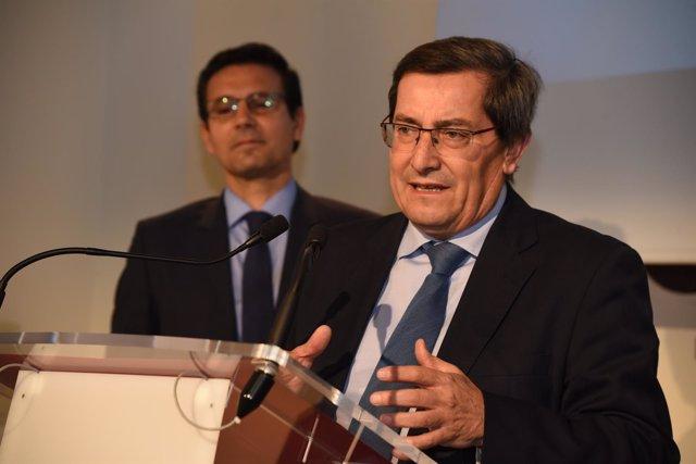El presidente de la Diputación, José Entrena, y detrás el alcalde de Granada