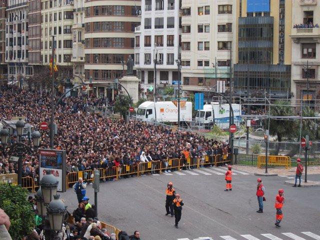 Público asistente a la segunda 'mascletà' de las Fallas 2018