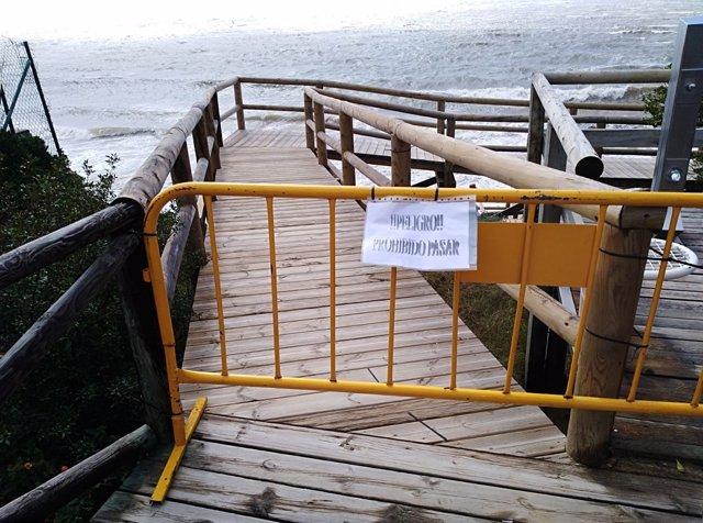 Cerrado el acceso a las playas de Cartaya afectadas por el temporal.