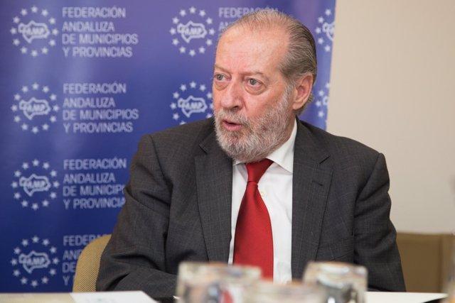 Villalobos, presidente de la FAMP y de la Diputación de Sevilla