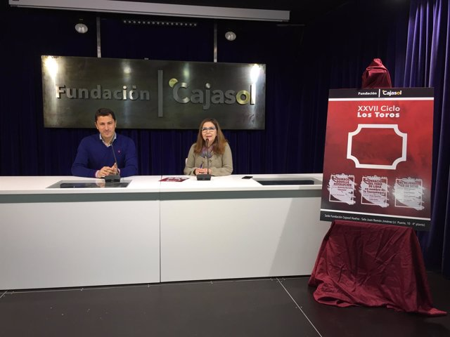 La delegada de Cajasol en Huelva, Matilde Valdivia, y Manuel Jesús Montes.