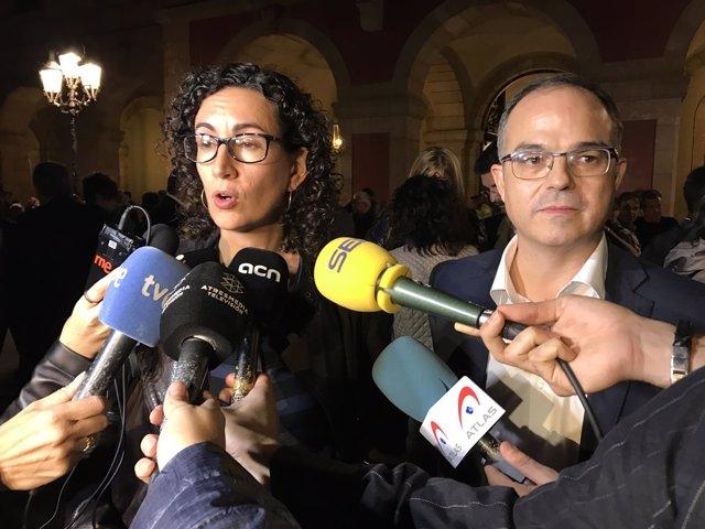 Marta Rovira y Jordi Turull frente al Parlament