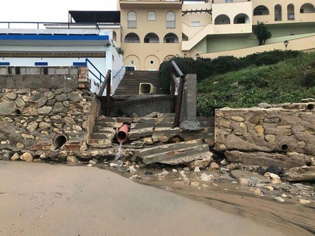 Destrozos por el temporal en playa de El Puerto
