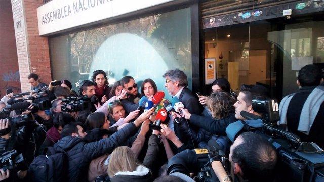 Jordi Pina, abogado de Jordi Sànchez, ante la sede de la ANC