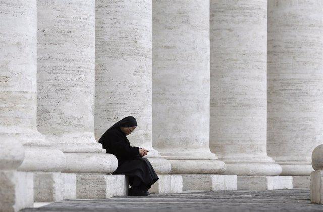 Una monja sentada en la Plaza de San Pedro