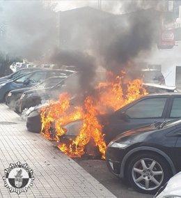 Arden tres coches aparcados en Alboraya