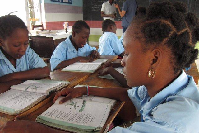 NIñas leyendo en una escuela de los salesianos en Cotonou, Benín, África