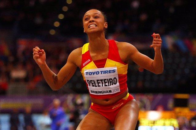 Ana Peleteiro celebra el bronce en triple salto en el Mundial pista cubierta
