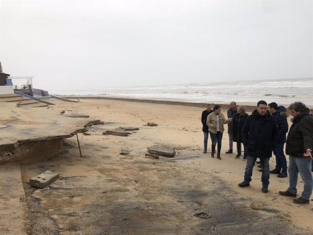 Mario Jiménez visita la playa de Matalascañas.
