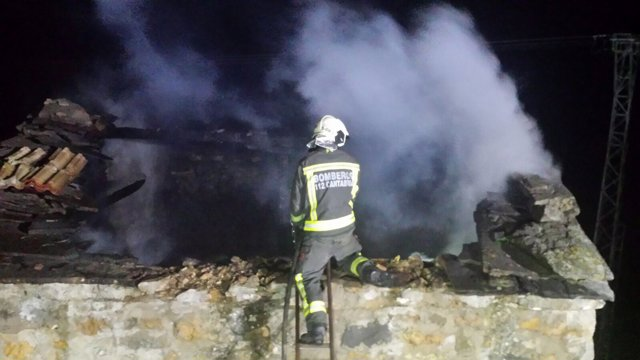 Incendio en una cuadra de San Roque de Riomiera