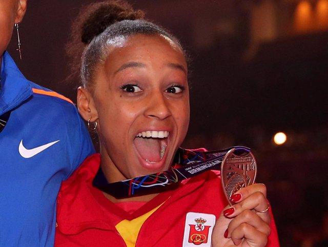 Ana Peleteiro con su medalla de bronce tras el Mundial de pista cubierta