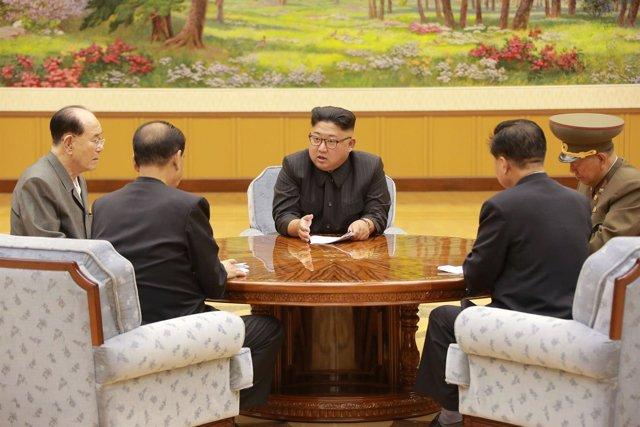 Kim Jong Un reunido con su Gobierno