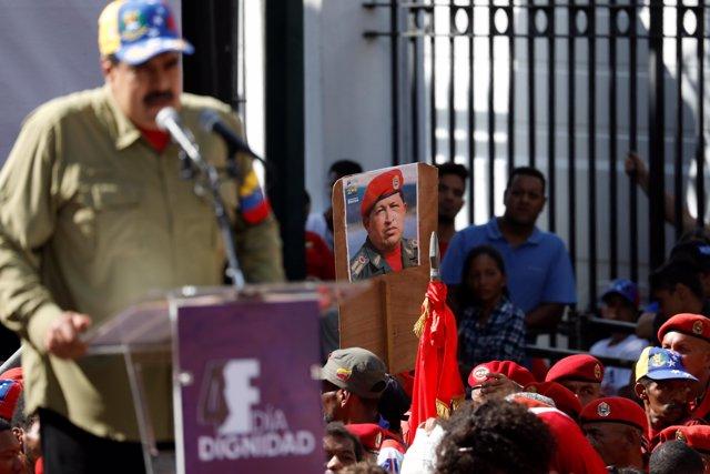 Nicolás Maduro da un discurso con la imagen de Hugo Chávez