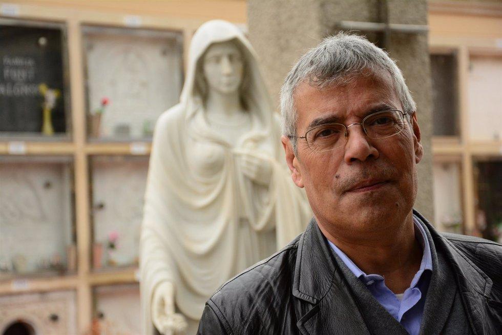 Resultado de imagen de la vuelta al mundo en 80 cementerios fernando gomez