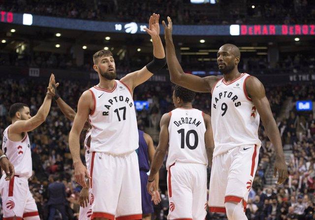 Valanciunas e Ibaka celebran la victoria de Toronto Raptors