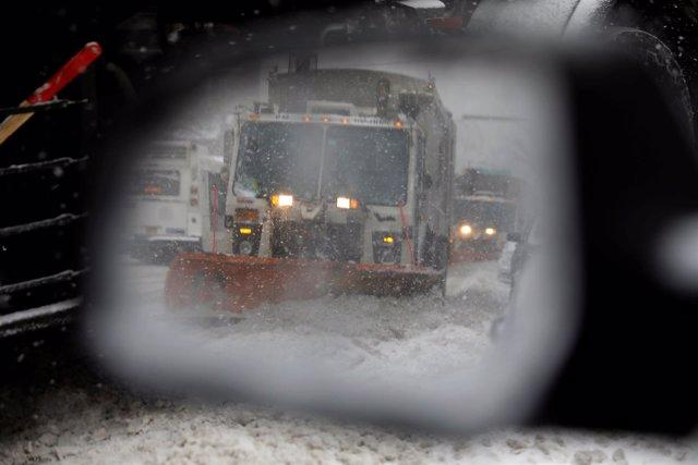 Quitanieves en un espejo retrovisor en Nueva York