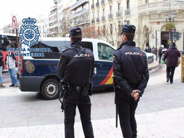 Agentes de Policía Nacional en el centro de la capital