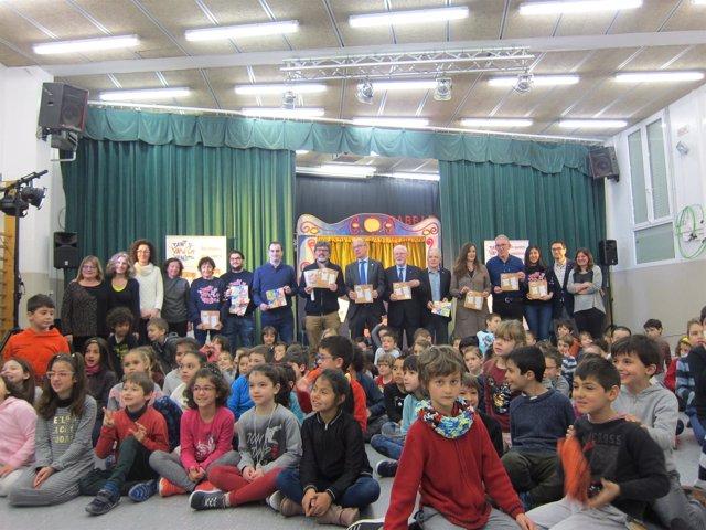 Responsables de Fundació Barça y Creu Roja con los alumnos de Primaria