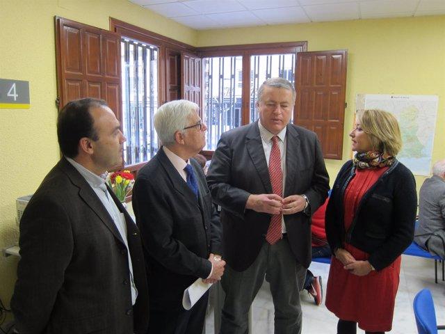 El delegado del Gobierno, segundo por la derecha, durante la visita