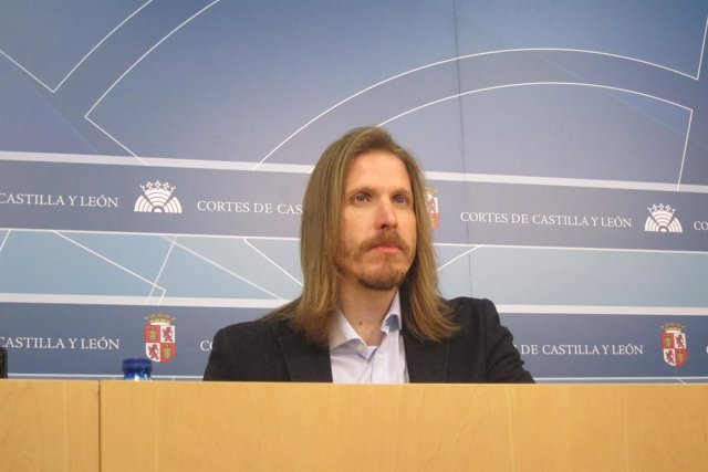 Pablo Fernández atiende a los medios de comunicación en las Cortes